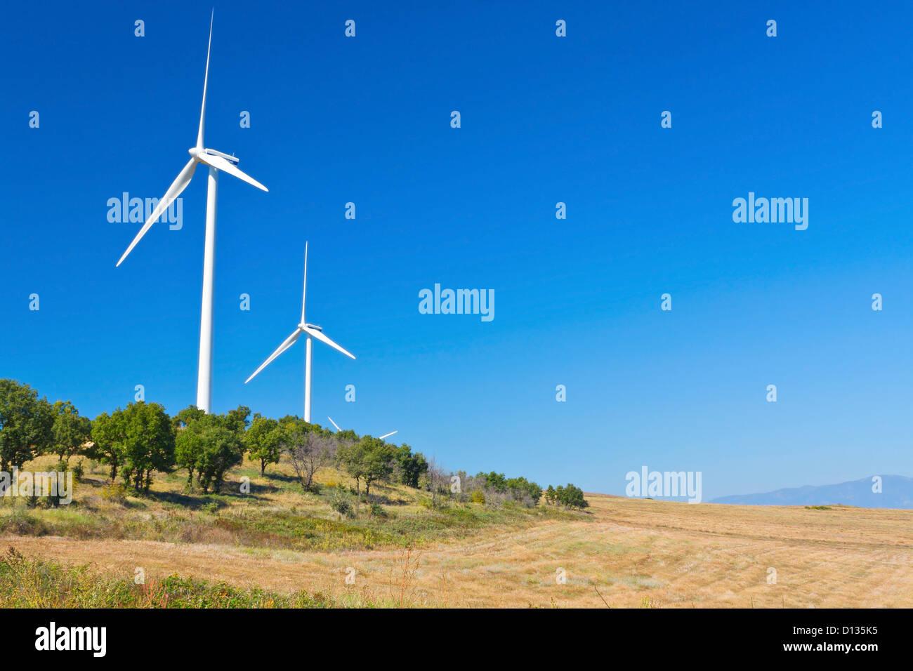 Elektrische Energie Windkraftanlagen stationiert auf einem Hügel in Europa, Nord-Griechenland Stockbild
