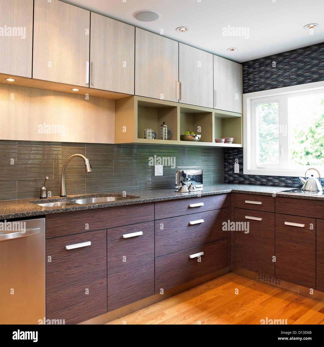 Küche Mit Blauen Fliesen Backsplash Und Holz Laminat Schränke;  Victoria Vancouver Island In British Columbia Kanada