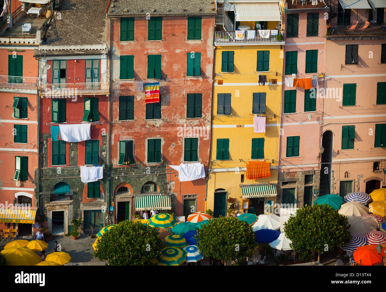 Fassade des Hauses und Sonnenschirme am Stadtplatz von Vernazza. Vernazza ist eine kleine Stadt in der italienischen Stockbild