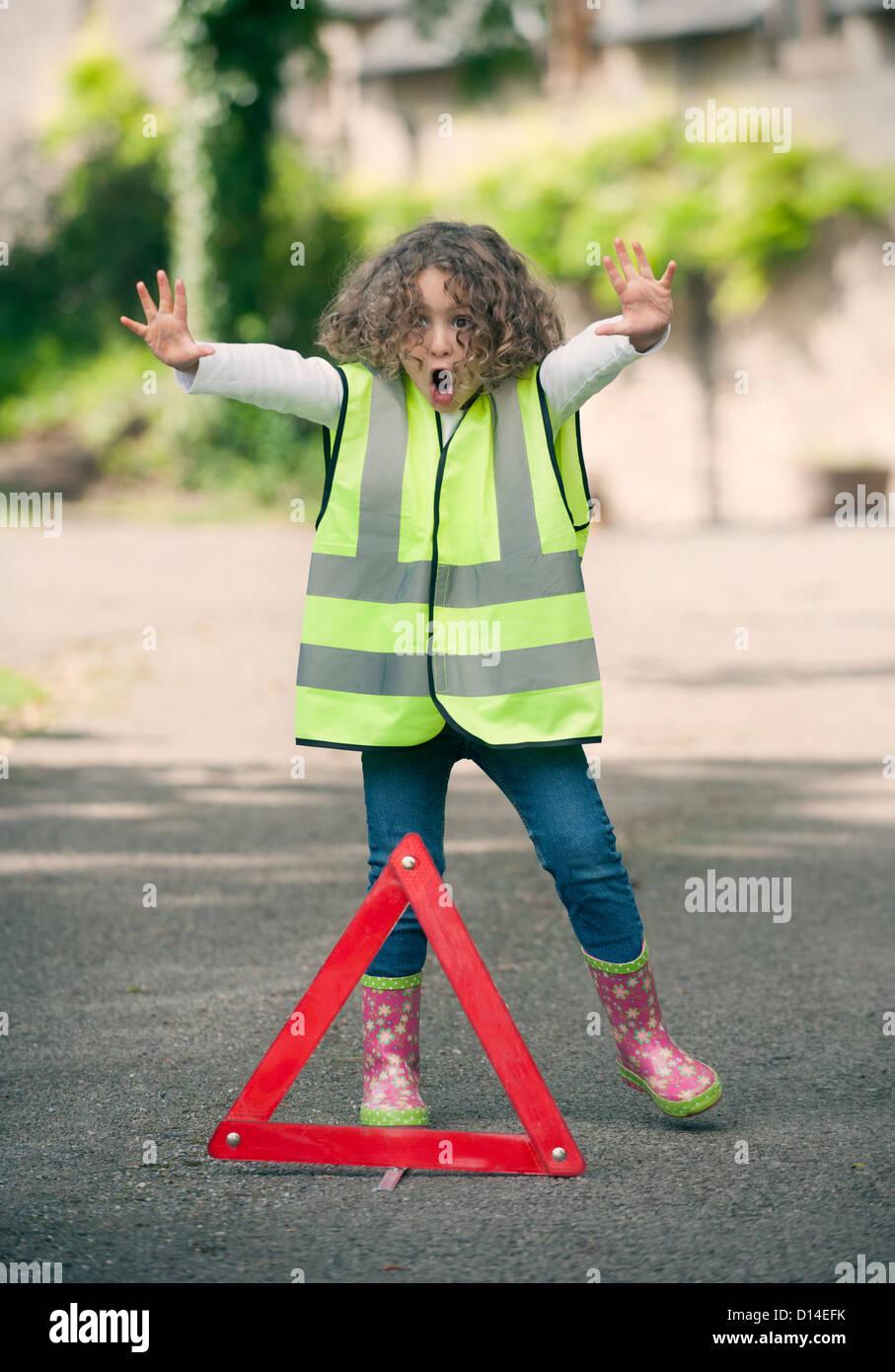 Mädchen spielen Verkehr Arbeiter auf Landstraße Stockbild