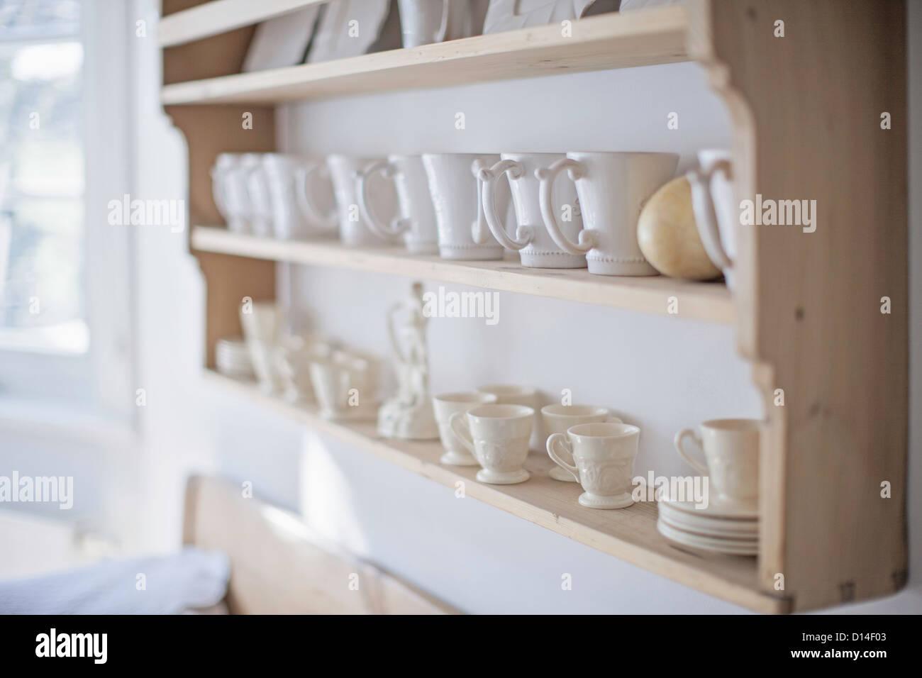 Milchkaffee Tassen Auf Kuchenregal Stockfoto Bild 52345331 Alamy
