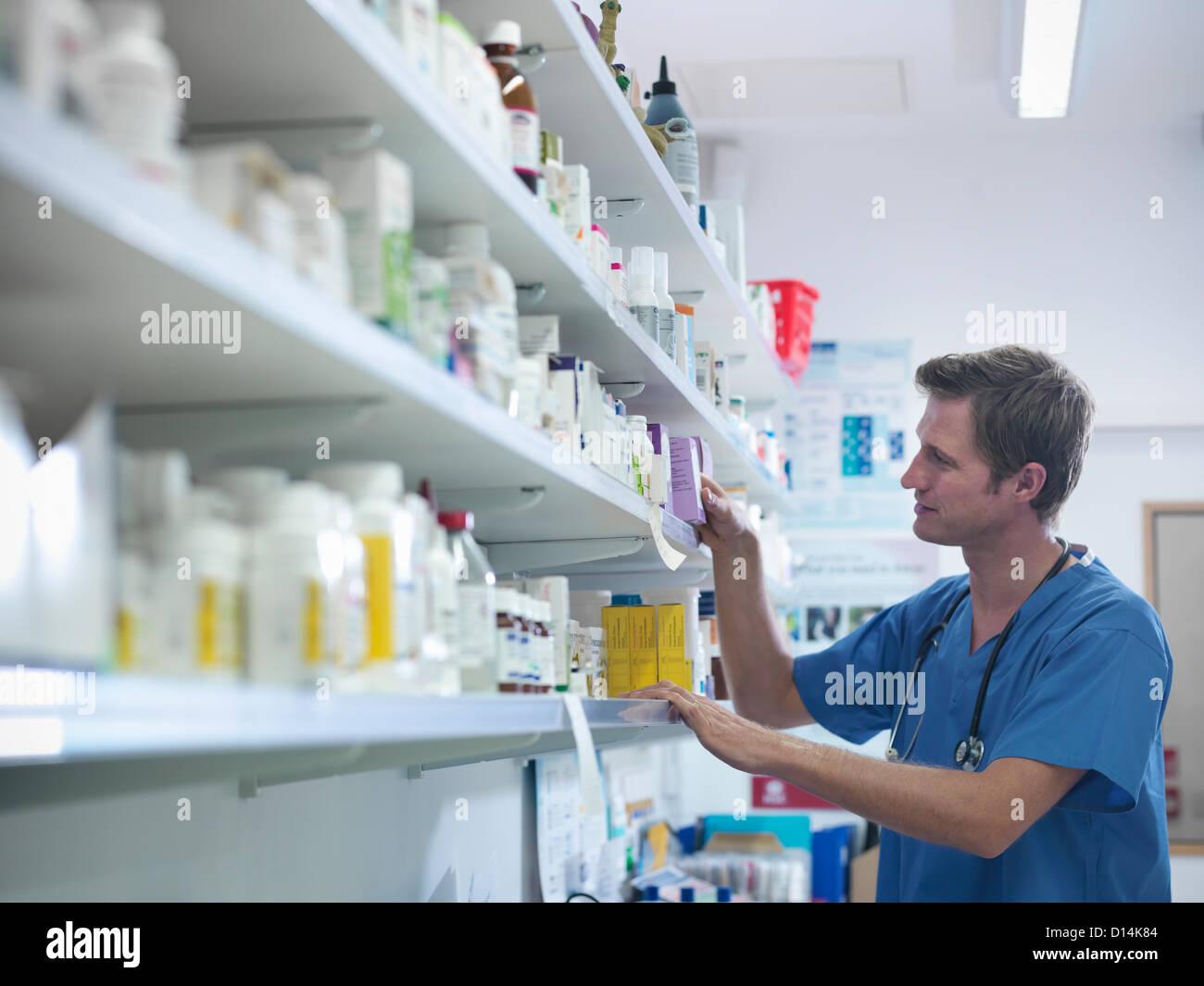 Tierarzt auf der Suche nach Medizin Stockbild