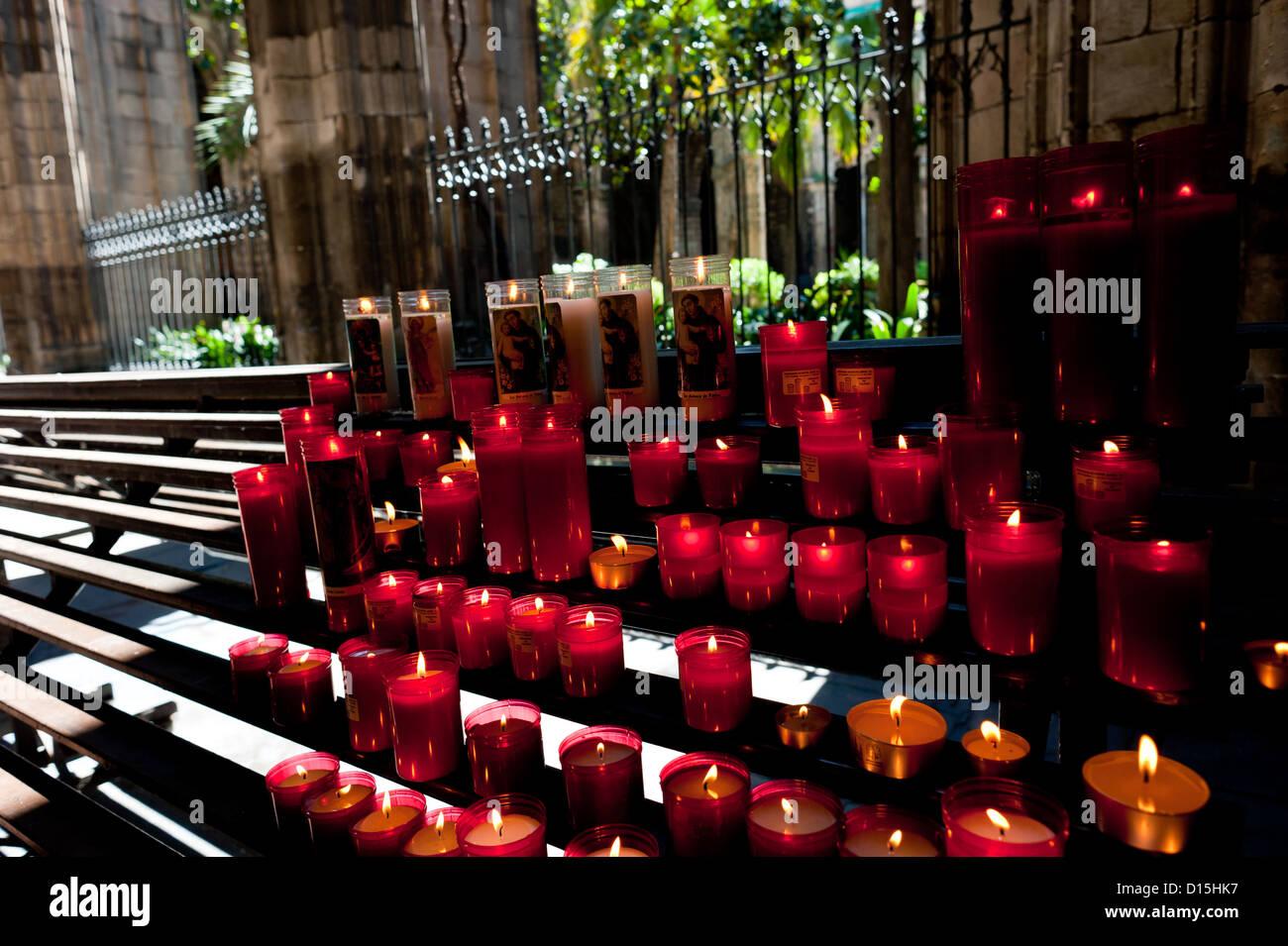 Barcelona, Spanien: Kathedrale von Barcelona. Kerzen für das Gebet im Kloster. Stockbild