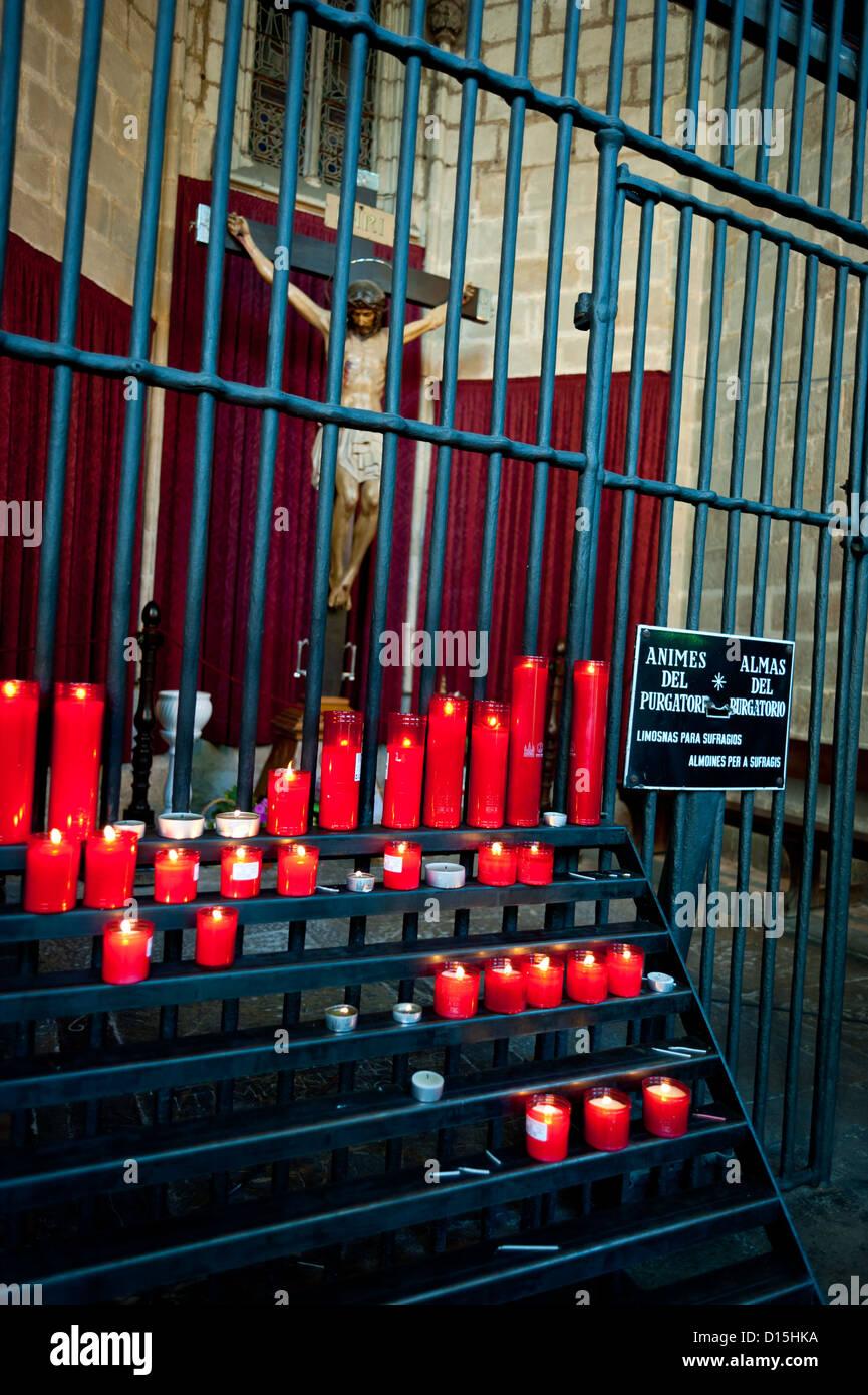 Barcelona, Spanien: Kathedrale von Barcelona. Altar und brennenden Kerzen im Kloster für die Seelen im Fegefeuer Stockbild