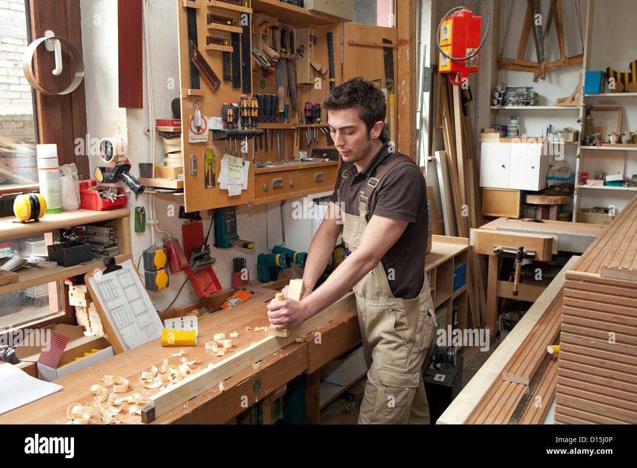 Tischlerei Düsseldorf düsseldorf lehrling tischler in einer tischlerei stockfoto bild