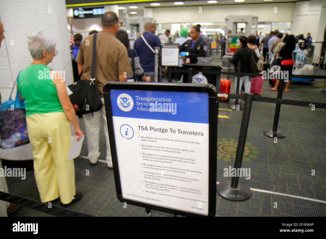 Miami Florida International Airport MIA Terminal TSA Transportation Security Administration Sicherheit Durchsuchung Stockfoto