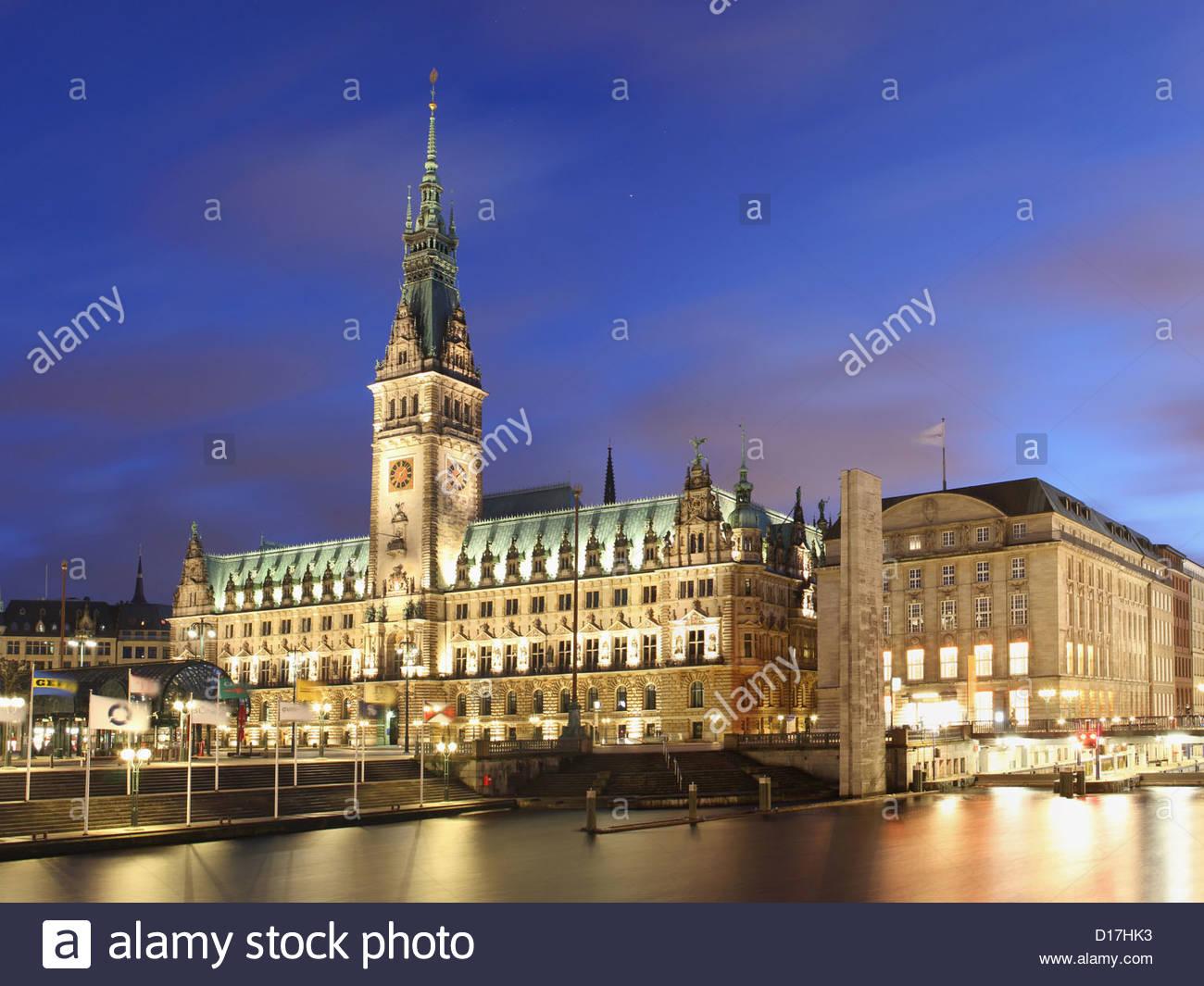 Reich verzierte städtische Gebäude nachts beleuchtet Stockbild
