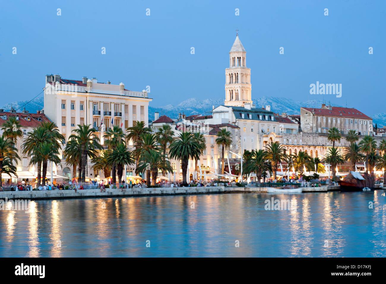 Abenddämmerung Blick auf die Uferpromenade und der Turm der Kathedrale des Heiligen Domnius in der Stadt Split Stockbild