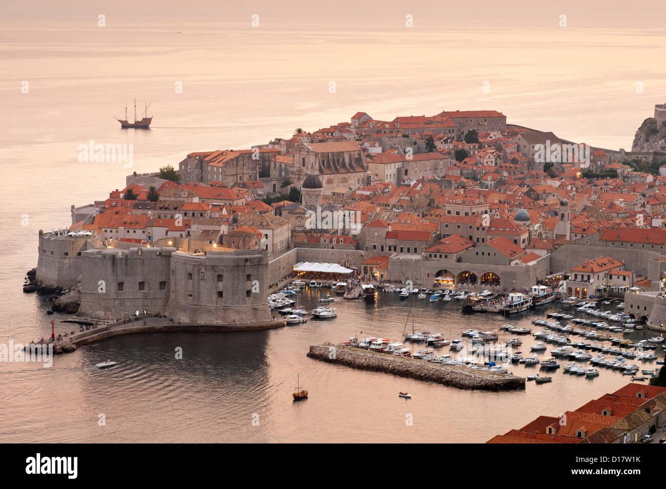 Abenddämmerung Blick auf den alten Hafen Hafen und Altstadt in der Stadt von Dubrovnik an der Adria Küste in Kroatien. Stockfoto