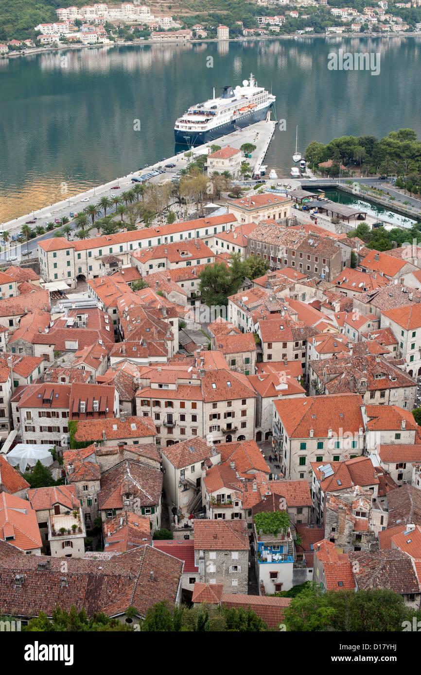 Blick über die Dächer und die Altstadt von Kotor in Montenegro. Stockfoto