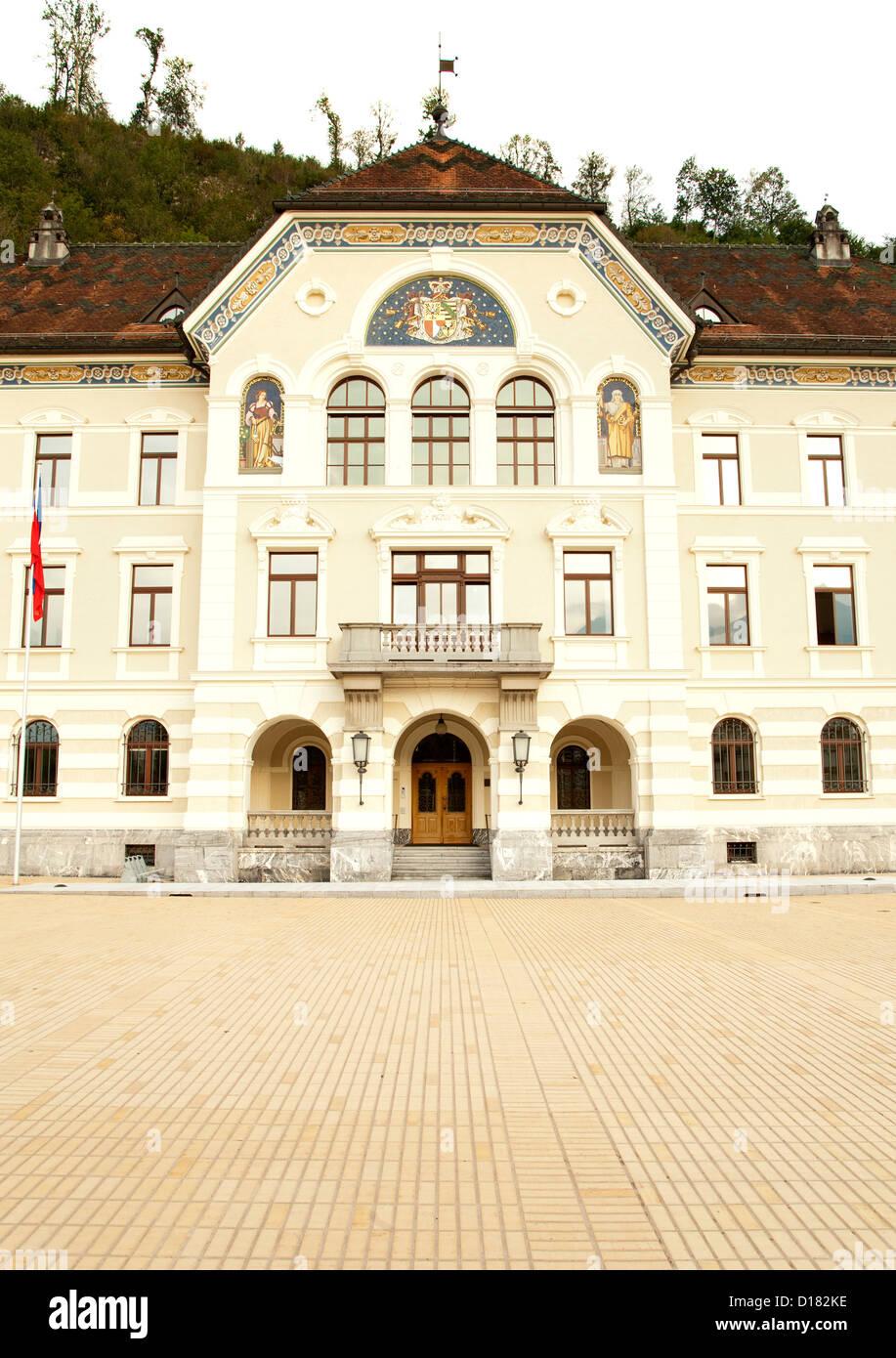 Das Regierungsgebäude (Regierung / Parlamentsgebäude) in Vaduz, der Hauptstadt des Fürstentums Liechtenstein. Stockbild