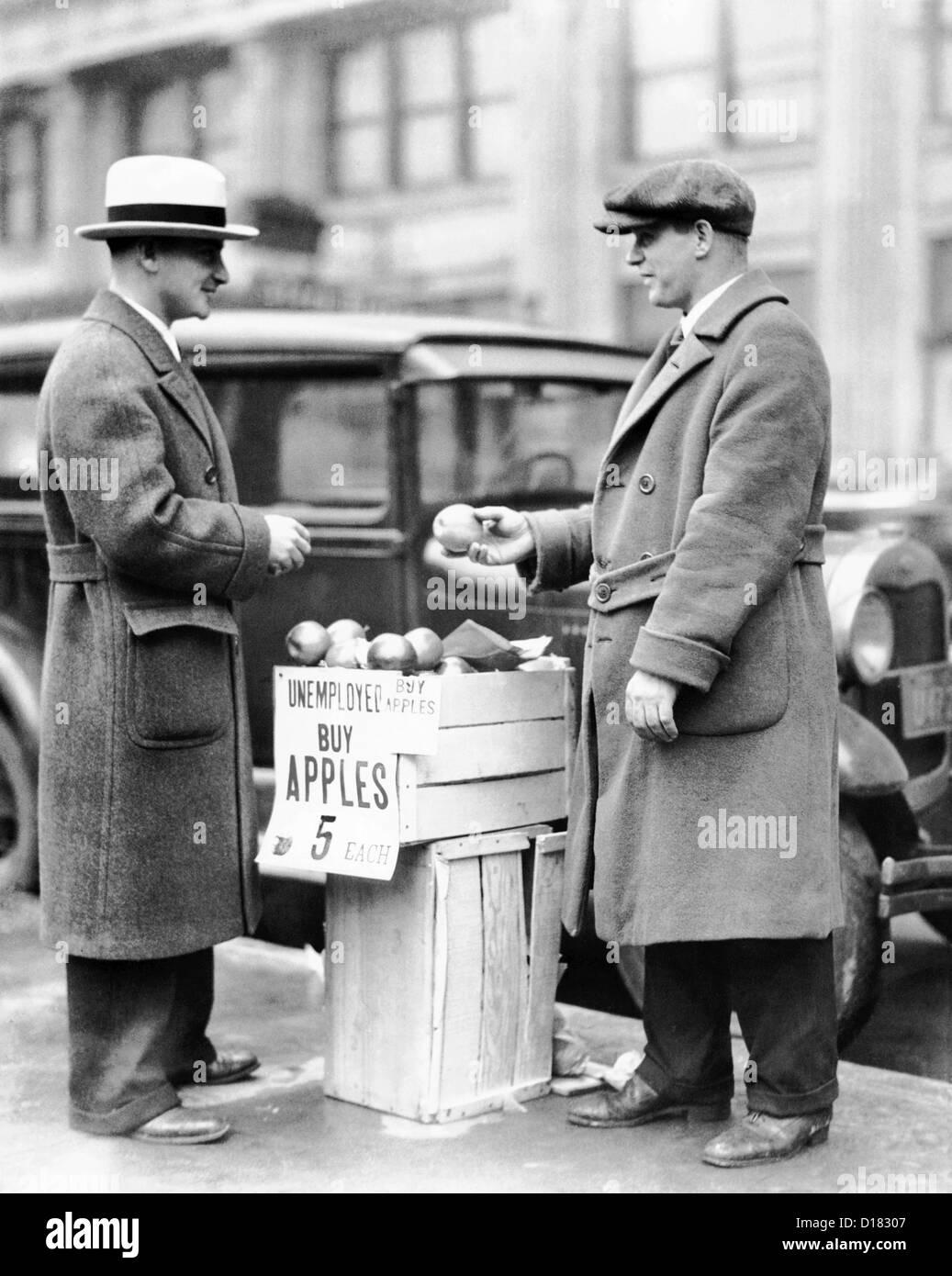 Arbeitsloser Mann verkaufen Äpfel Stockfoto