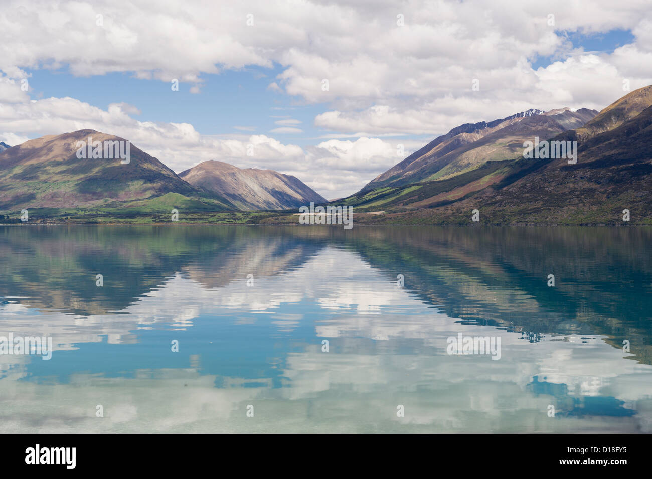 Wolken und Himmel spiegelt sich in noch See Stockbild