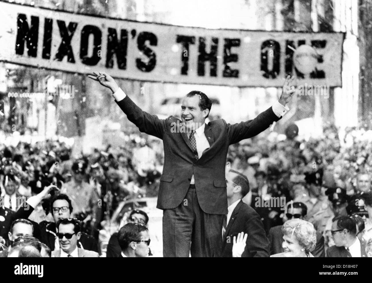 """Richard Nixon, liefert ihm das """"V"""" um den Sieg zu unterzeichnen. Eine geschätzte 300.000 gesäumten Straßen der Philadelphia Stockfoto"""