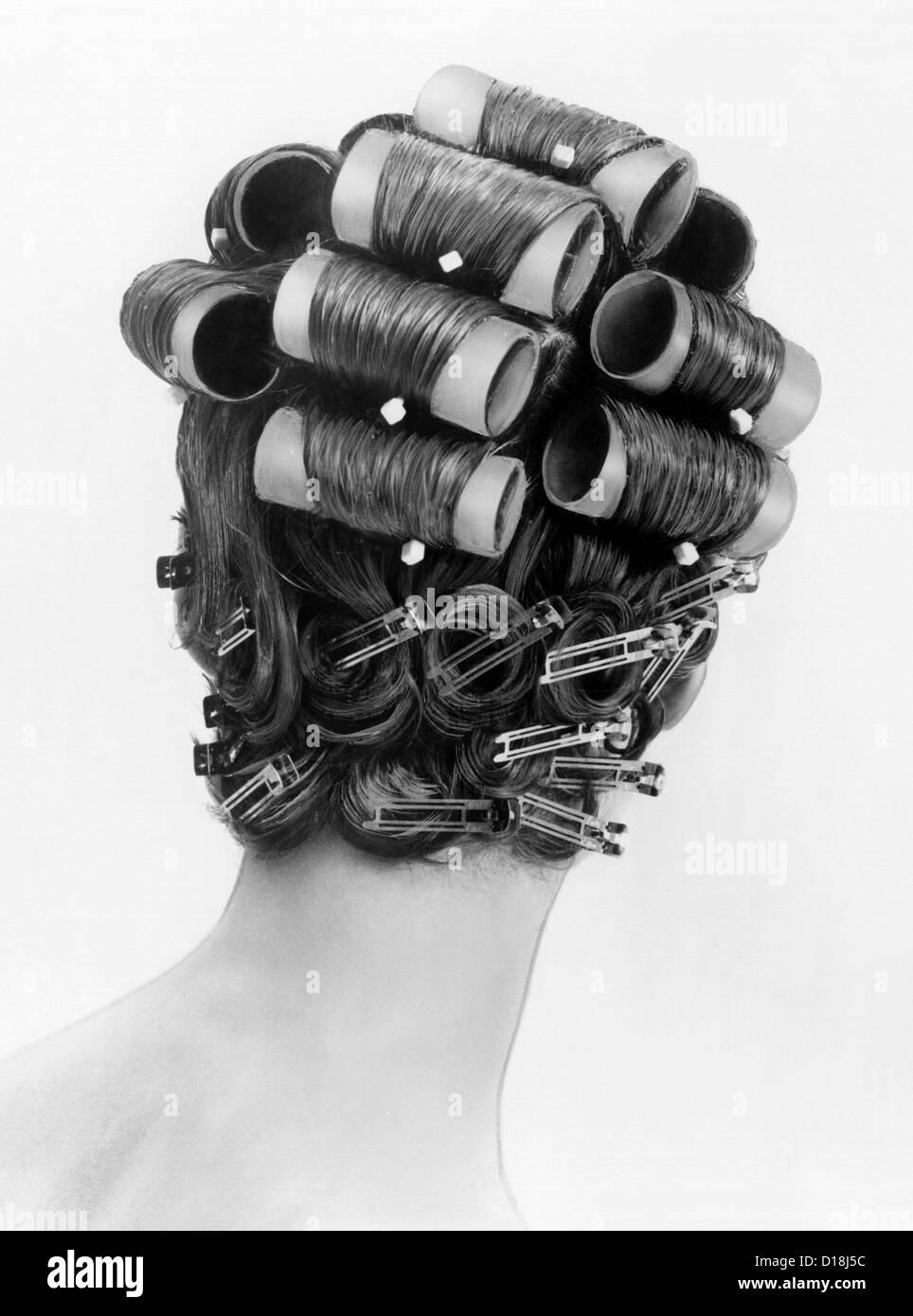 bouffant Frisuren der 1960er Jahre entstanden mit großen Rollen auf der Oberseite des Kopfes und Pin locken Stockbild