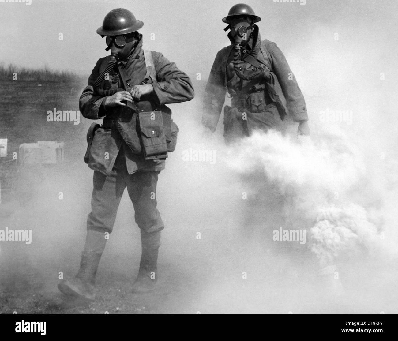 Gas maskierte Soldaten gehen durch eine tatsächliche Gasangriff während des Trainings. Edgewood, Maryland. Stockbild