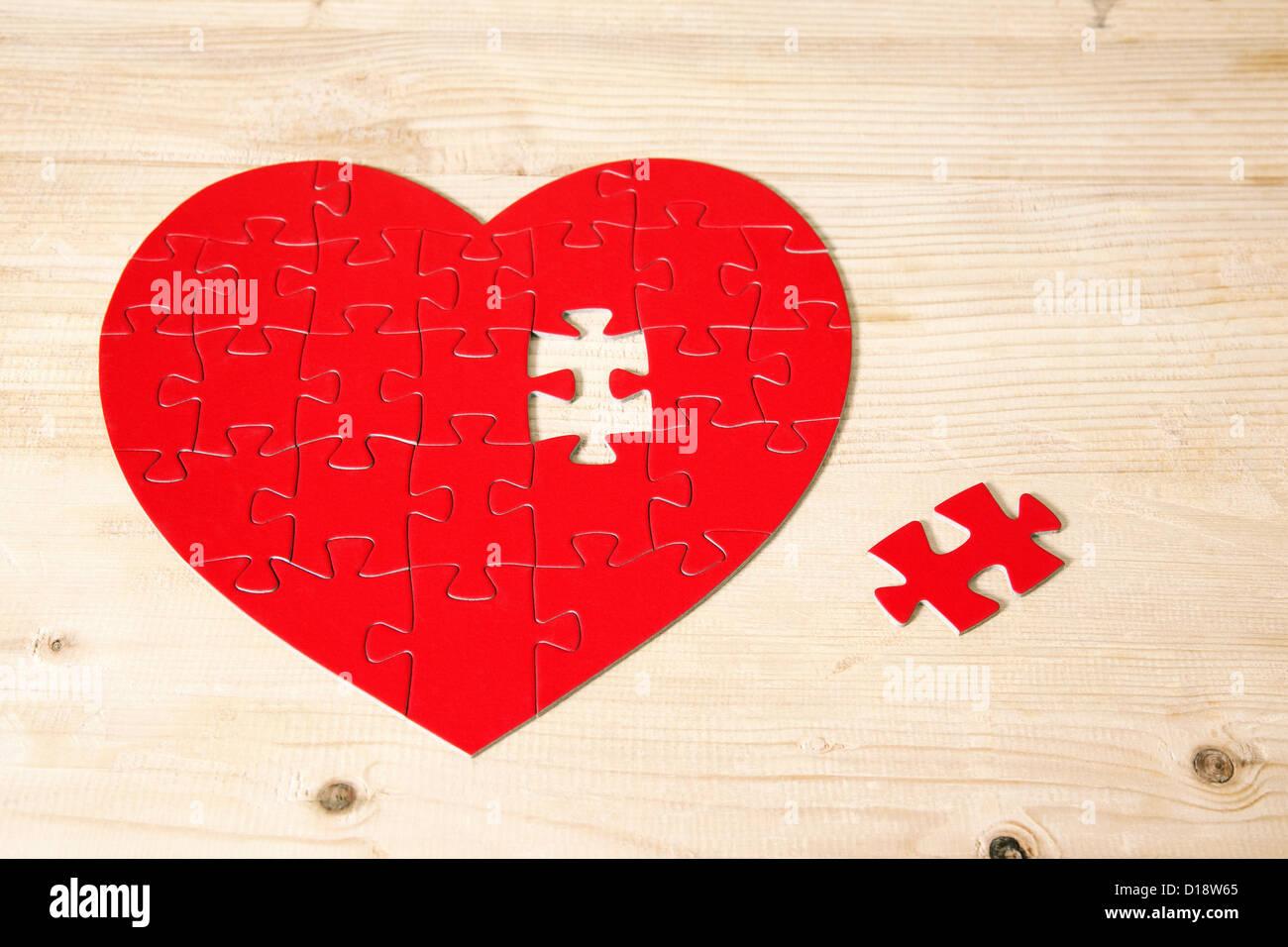 Herzförmige Puzzle mit fehlenden Stück Stockfoto