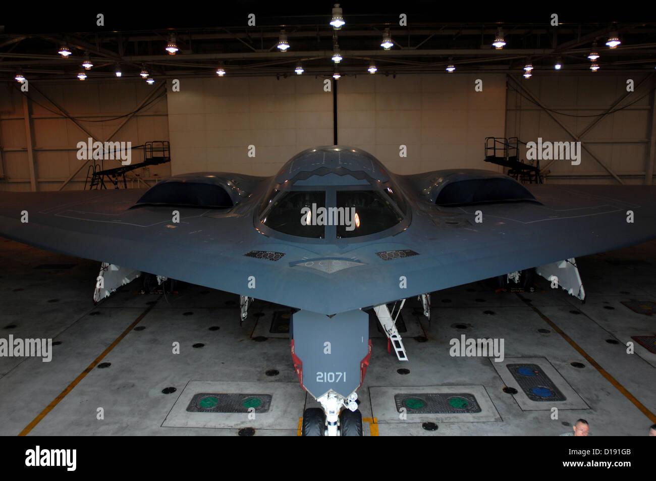 Ein b-2 Spirit Stealth-Bomber in der Wartung Kleiderbügel Whiteman Air Force Base 30. Oktober 2009 im Drehknopf Stockbild