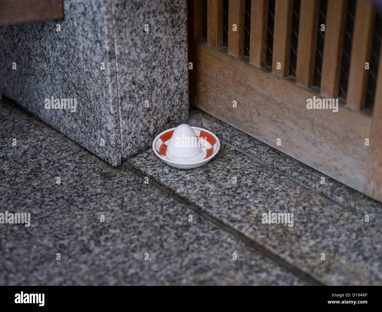 Der tur  Eine Schüssel mit Salz außen an der Tür eines japanischen Hauses ...