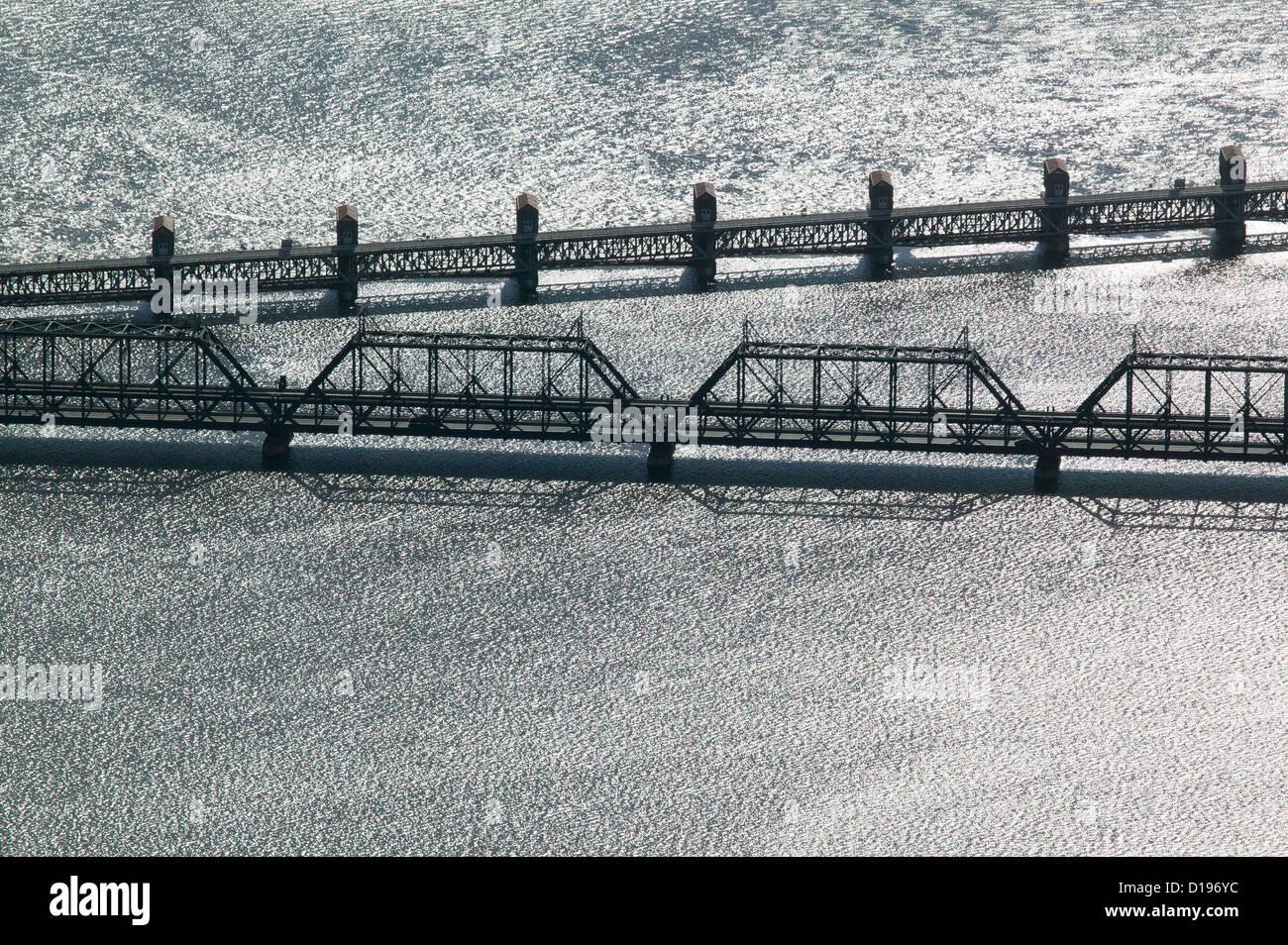 Luftaufnahme Regierung Arsenal Brücke und Schloss und Dam Nr. 15, Mississippi Fluß, Davenport, Iowa, Rock Stockbild