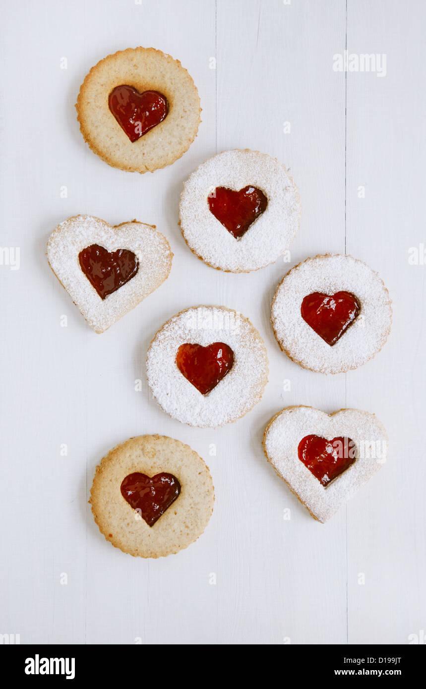 linzer hausgemachte kekse mit herzform himbeer marmelade fenster auf wei em holz hintergrund. Black Bedroom Furniture Sets. Home Design Ideas