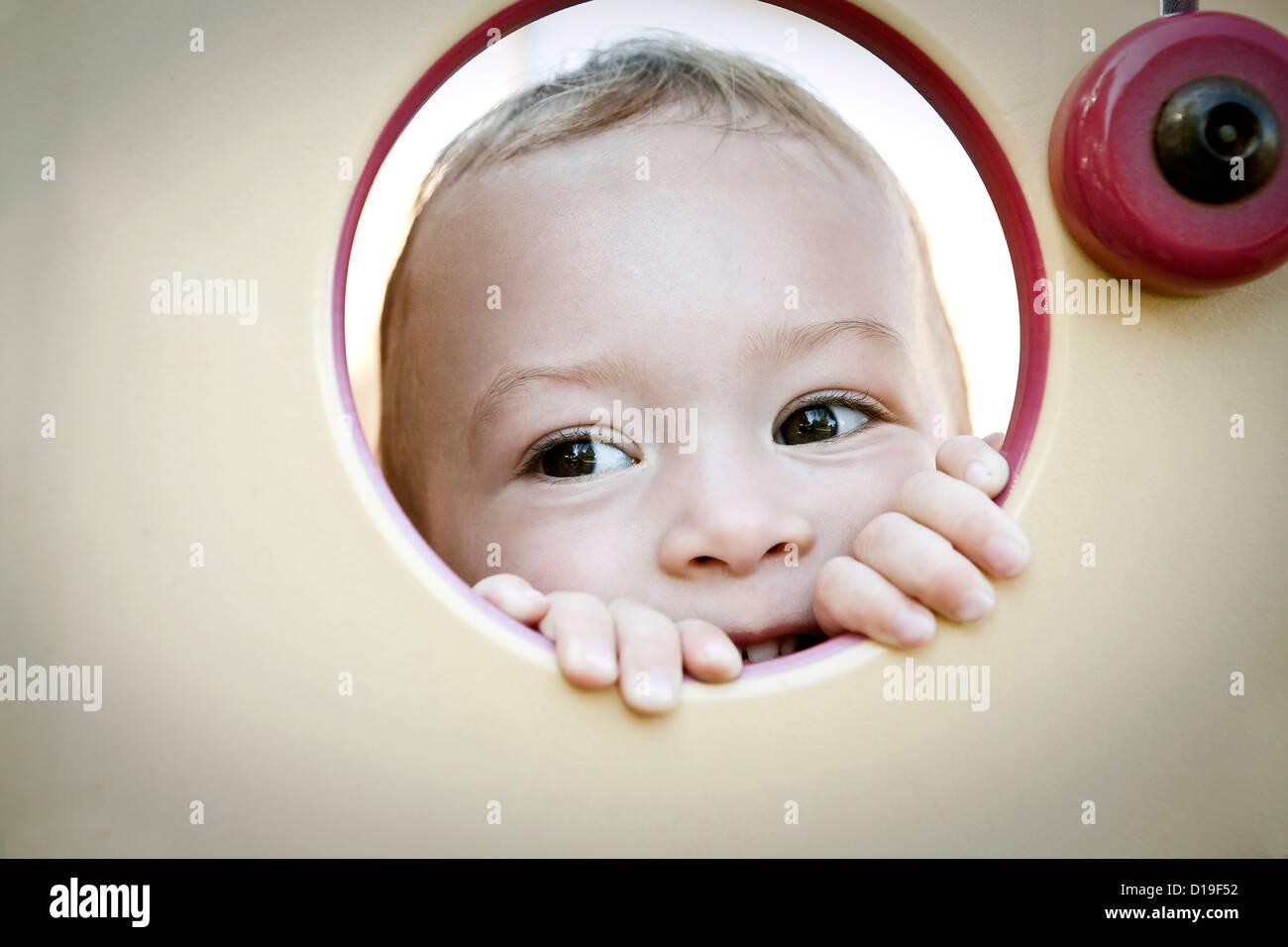 Kleinkind Mädchen spähen durch Kreis Stockbild