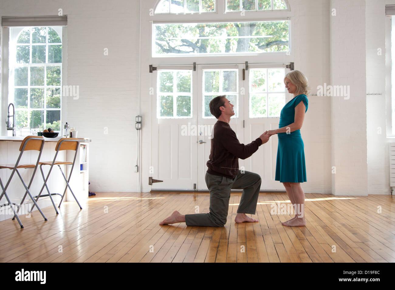Paar im Tanzstudio, Mann auf ein Knie Stockbild