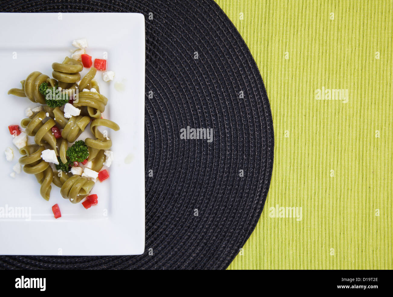 Spinat Trottole Nudelsalat auf quadratische weiße Teller Stockfoto