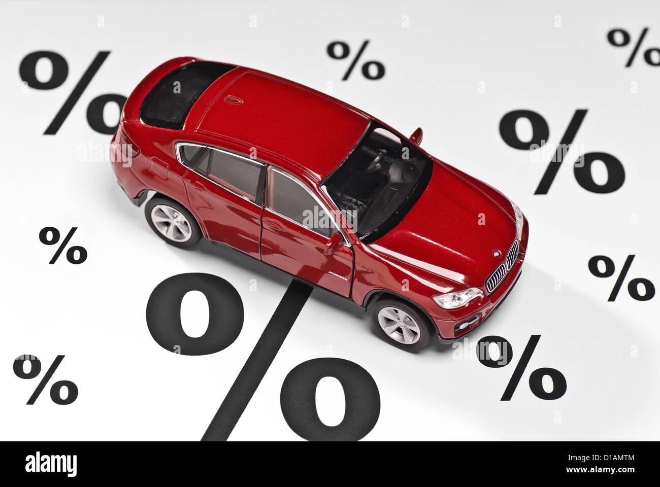 Auto mit Prozentzeichen als Symbol für Rabatte beim Kauf eines Autos. Stockbild