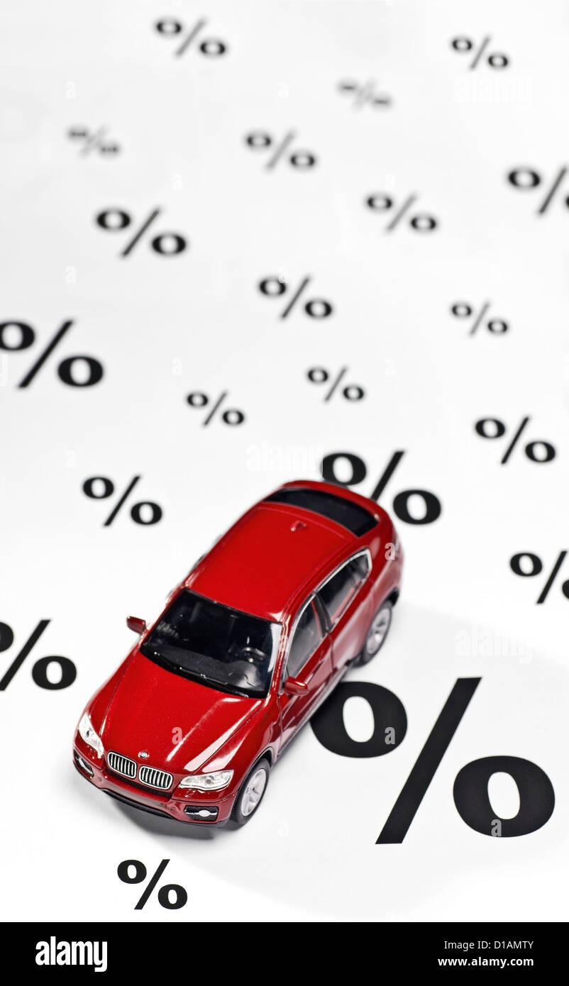 Auto und Prozent melden Sie als Symbol für Rabatte beim Kauf eines Autos. Stockbild