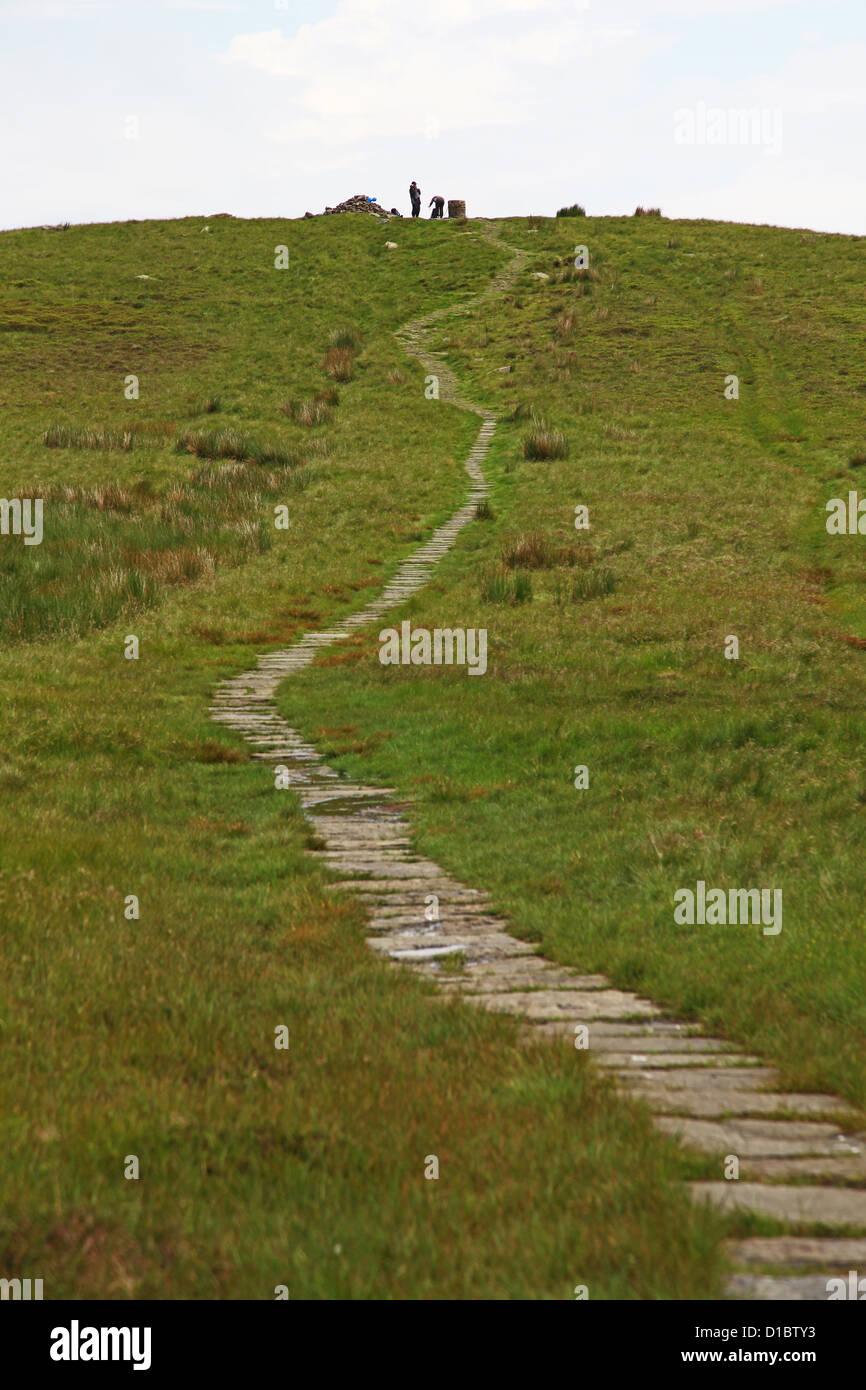 Asphaltierten Weg zur Orientierungstafel auf Lost Lad Derwent Rand oben Derwent Valley Derbyshire Dark Peak District Stockbild