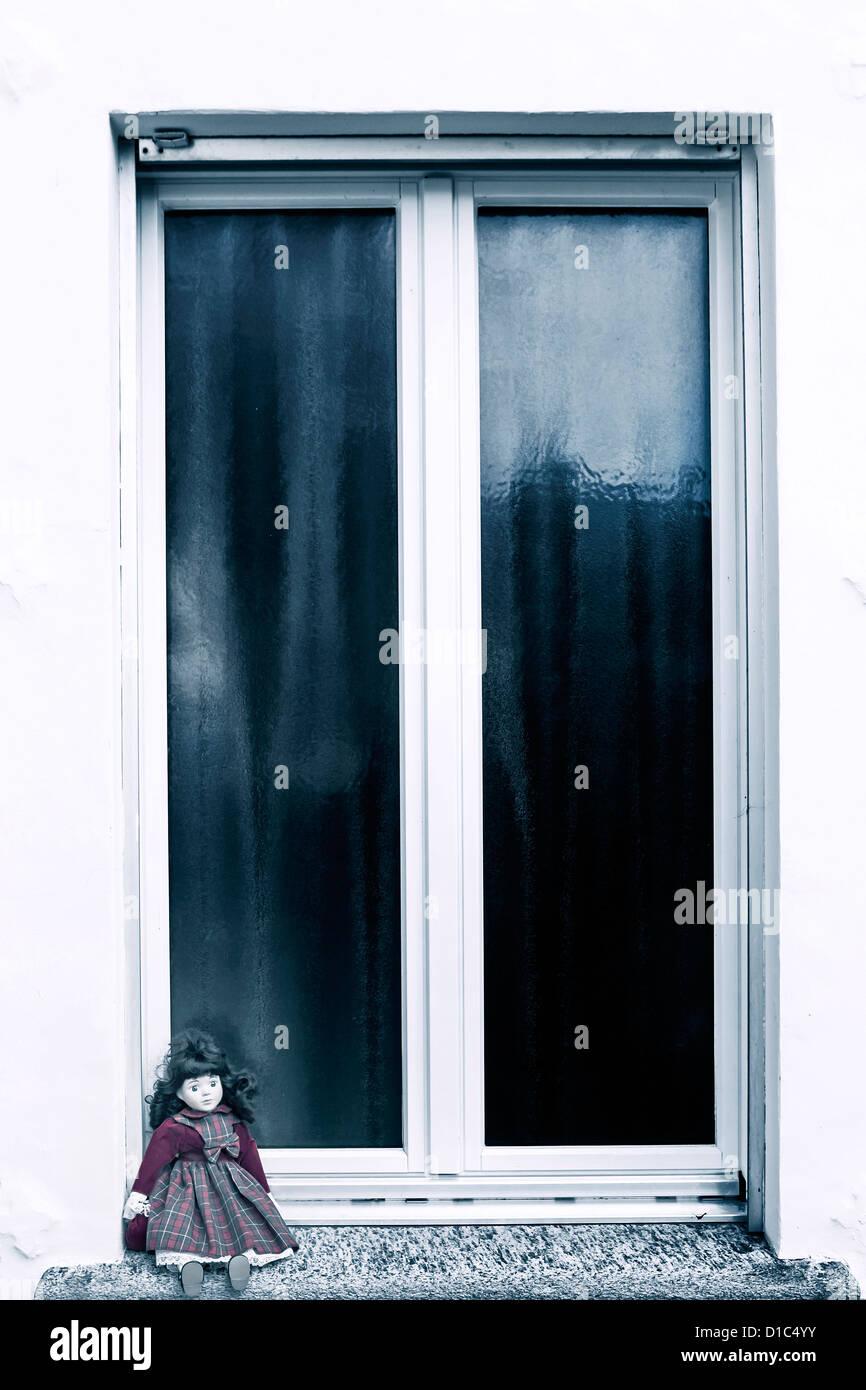 Eine Alte Puppe Sitzt Auf Einem Fensterbrett Stockfoto Bild