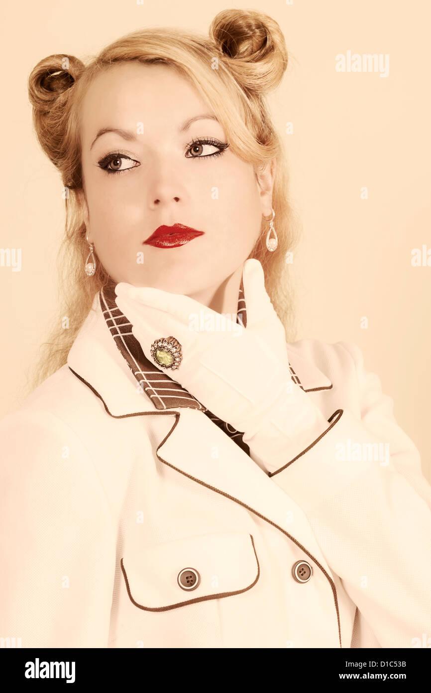 eine elegante Frau im 40er Jahre Stil Stockbild