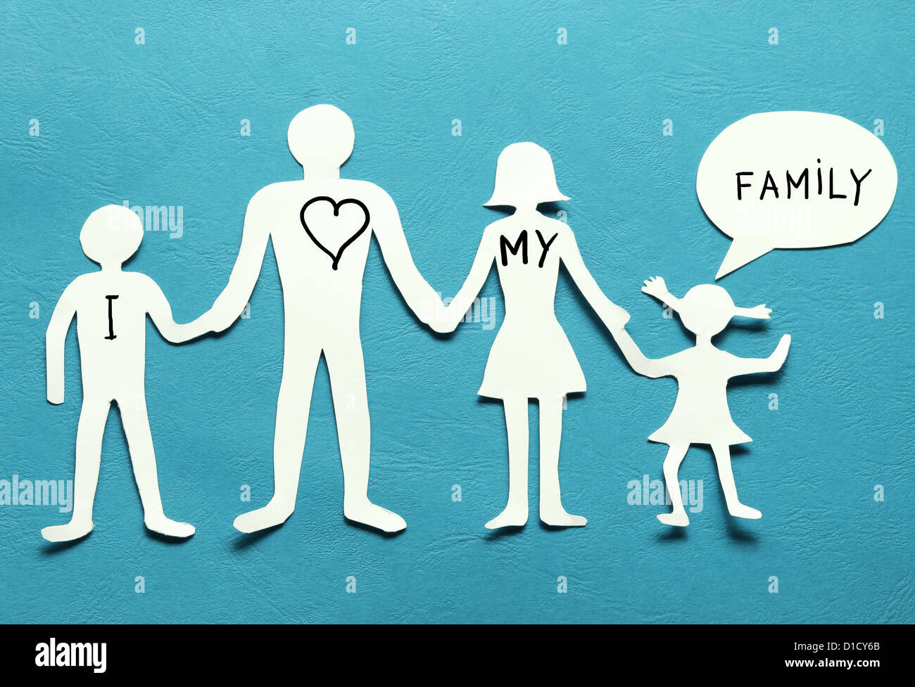 Pappfiguren der Familie auf einem blauen Hintergrund. Das Symbol der Einheit und des Glücks. Stockbild