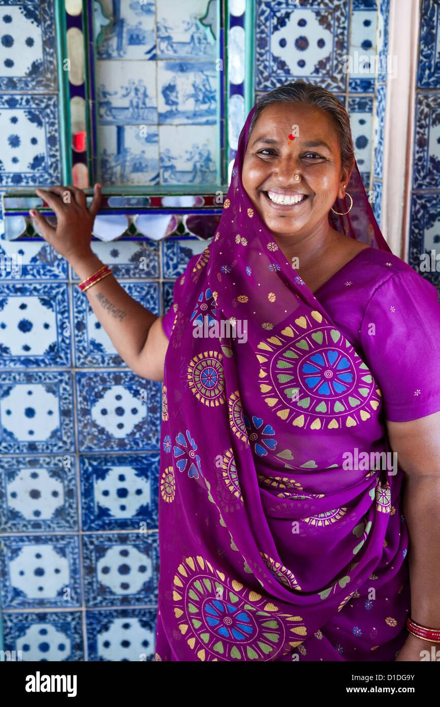 Porträt einer indischen Frau in einen Sari im Stadtschloss, Udaipur Stockbild