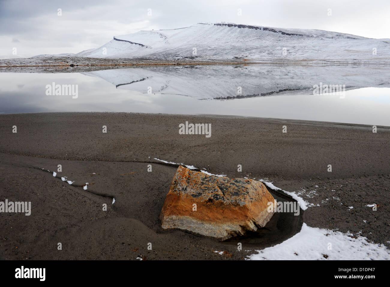 Reflexion von einem schneebedeckten Mount Dundas im Wasser 14. September 2012 in Dundas, Grönland. Stockbild