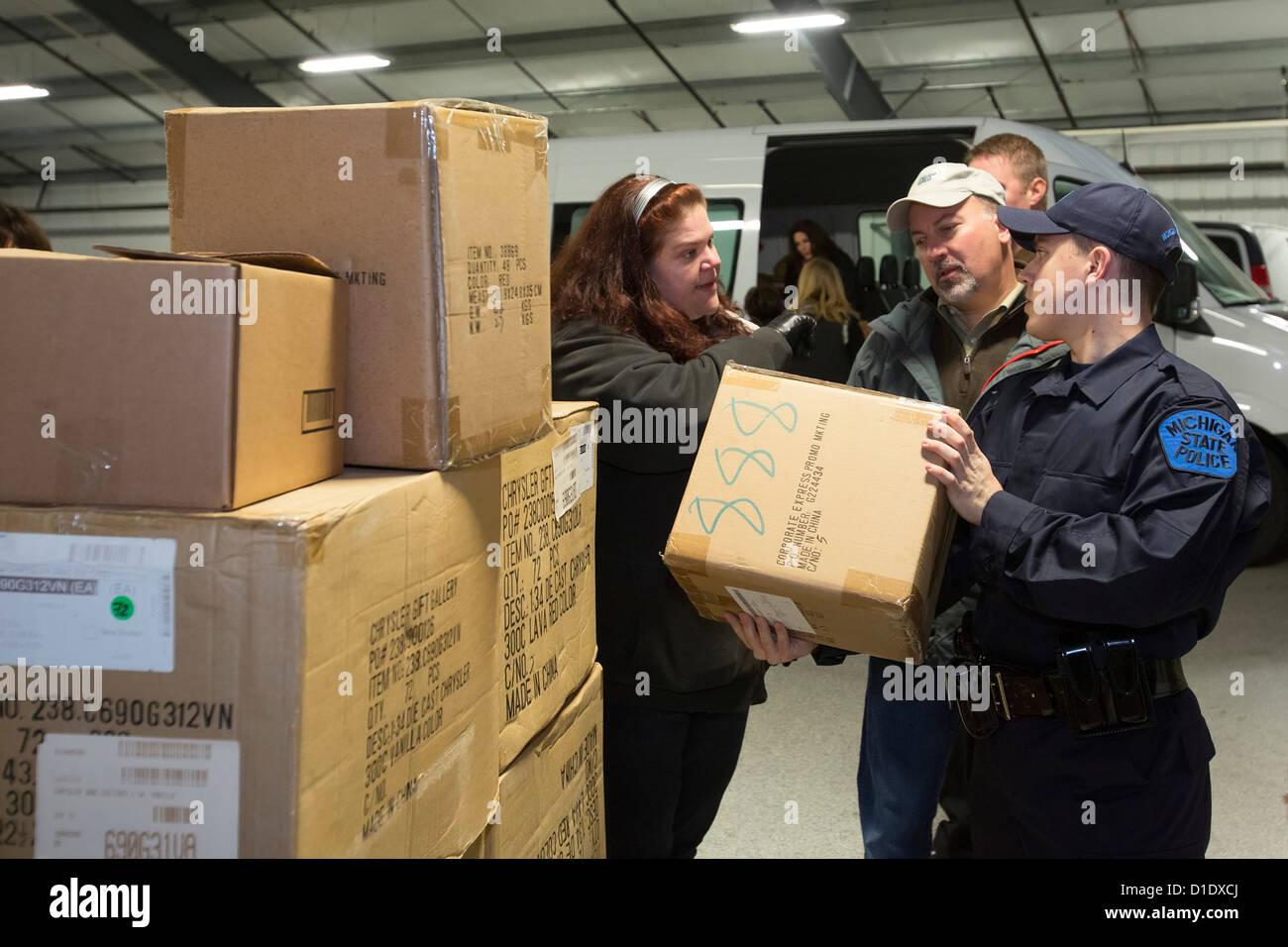 Freiwillige von Chrysler Corporation und der Michigan State Police ...