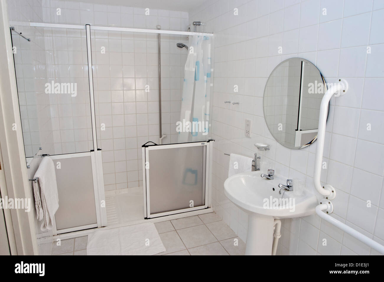 ein Hotel behindertengerecht Badezimmer mit Dusche Waschbecken im ...