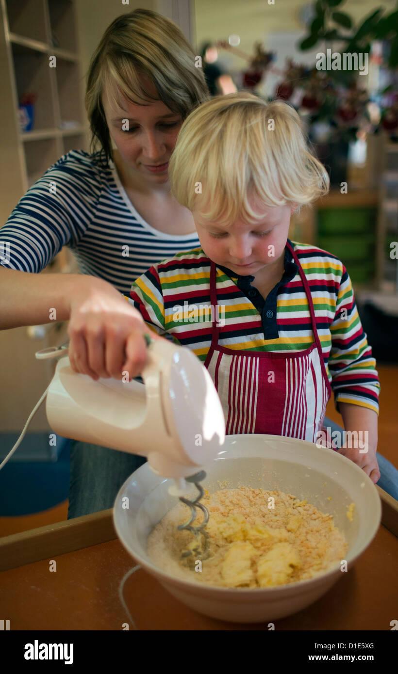 Weihnachtsplätzchen Kindergarten.Kindergärtnerin Nadine Käker Backt Weihnachtsplätzchen Mit Der Drei