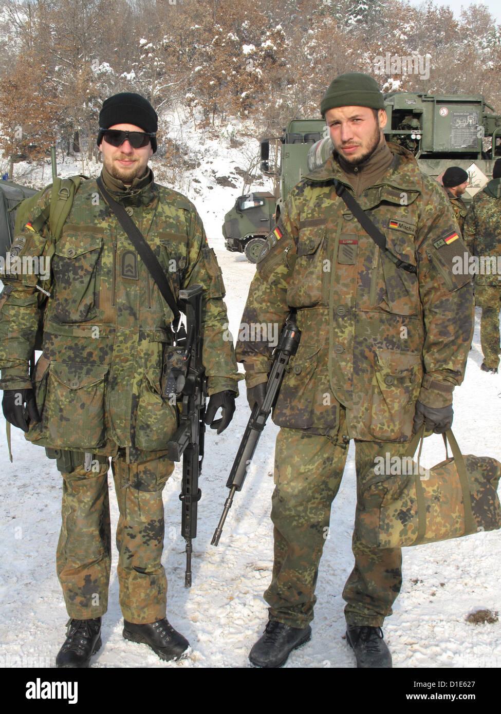 bundeswehr soldaten tragen uniform und waffen im einsatz. Black Bedroom Furniture Sets. Home Design Ideas