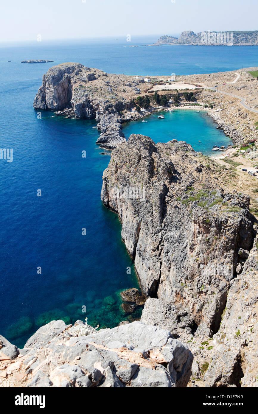 Blick auf die St.-Paul-Bucht von der Akropolis von Lindos, Rhodos, Dodekanes, griechische Inseln, Griechenland, Stockfoto