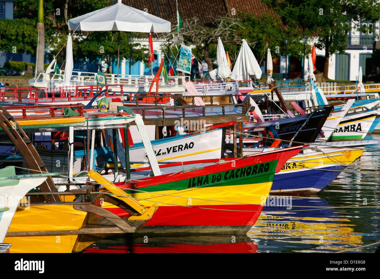 Bunte Fischerboote im Hafen, Parati, Rio De Janeiro Zustand, Brasilien, Südamerika Stockbild