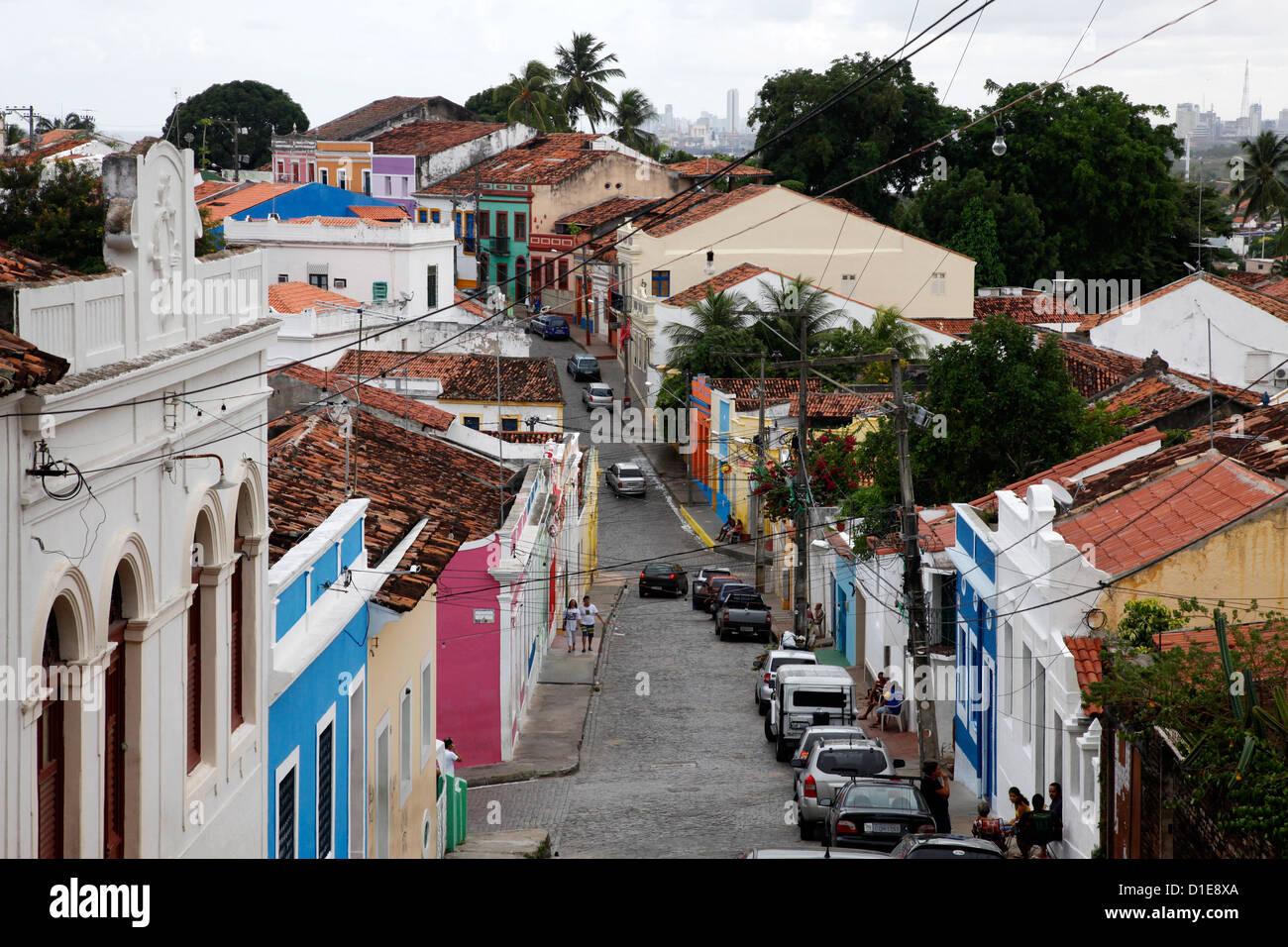 Straßenszene mit bunten Häusern, UNESCO-Weltkulturerbe, Olinda, Pernambuco, Brasilien, Südamerika Stockbild
