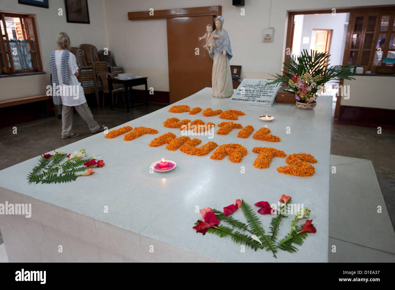 Den Tag ausgewählte Gedanken dargelegt in Ringelblumen auf dem Grab der Mutter Theresa, Kolkata, Westbengalen, Stockbild