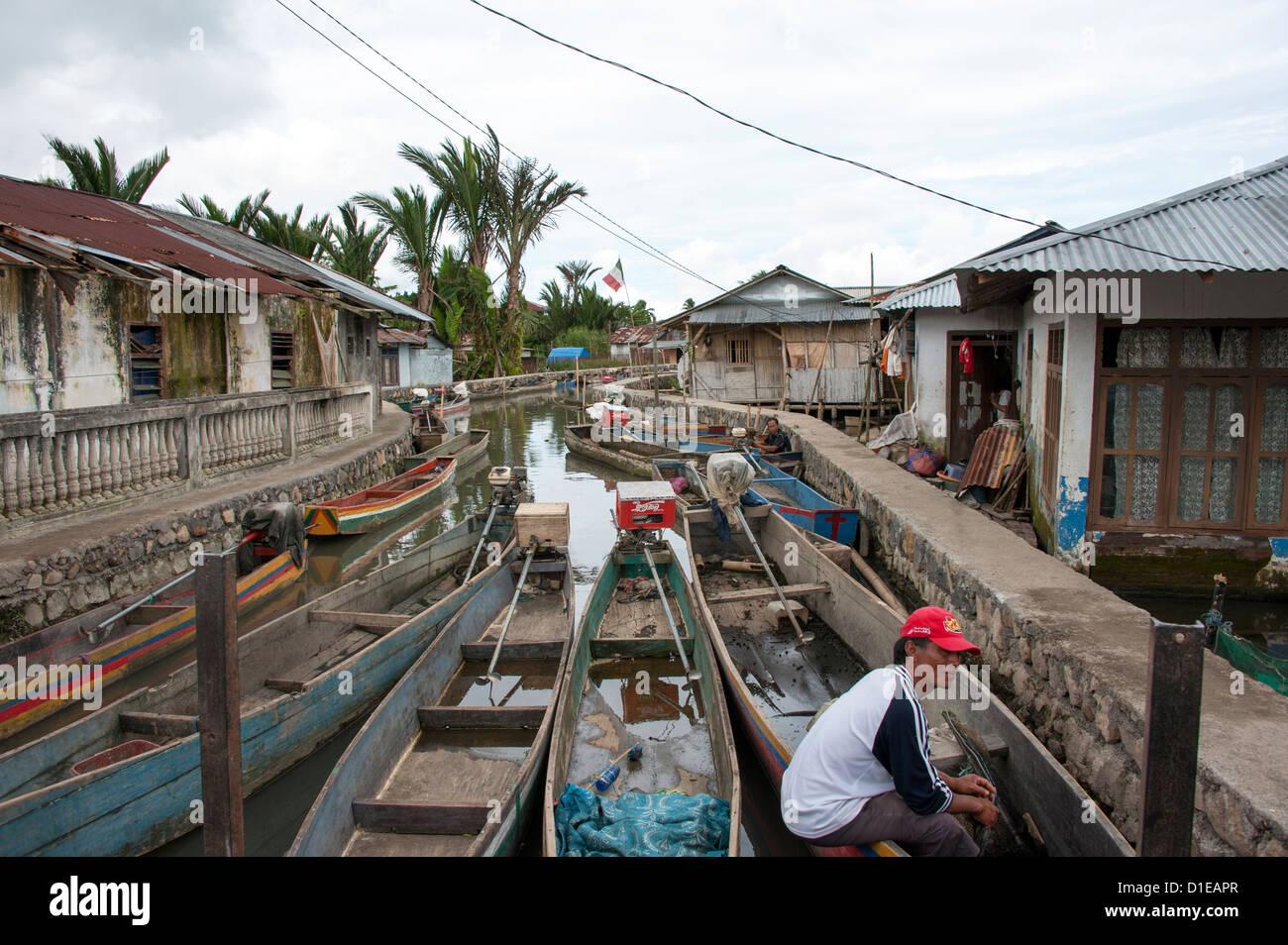 Angeln Kanus in einen Stream zu Tondano Lake, Sulawesi, Indonesien, Südostasien, Asien Stockbild