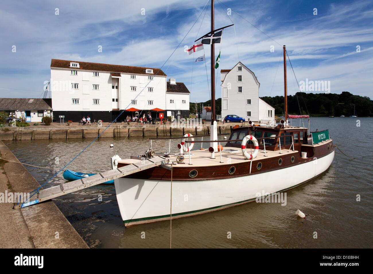 Yacht vor Anker durch die Gezeiten-Mühle bei Woodbridge Riverside, Woodbridge, Suffolk, England, Vereinigtes Stockbild