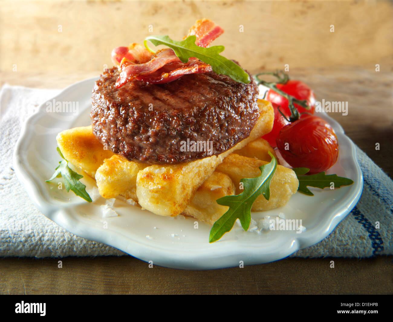 Gegrilltes Rindfleisch-Burger mit klobigen Pommes Frites und Salat Fotos Char. Funky Stockfotos Stockbild