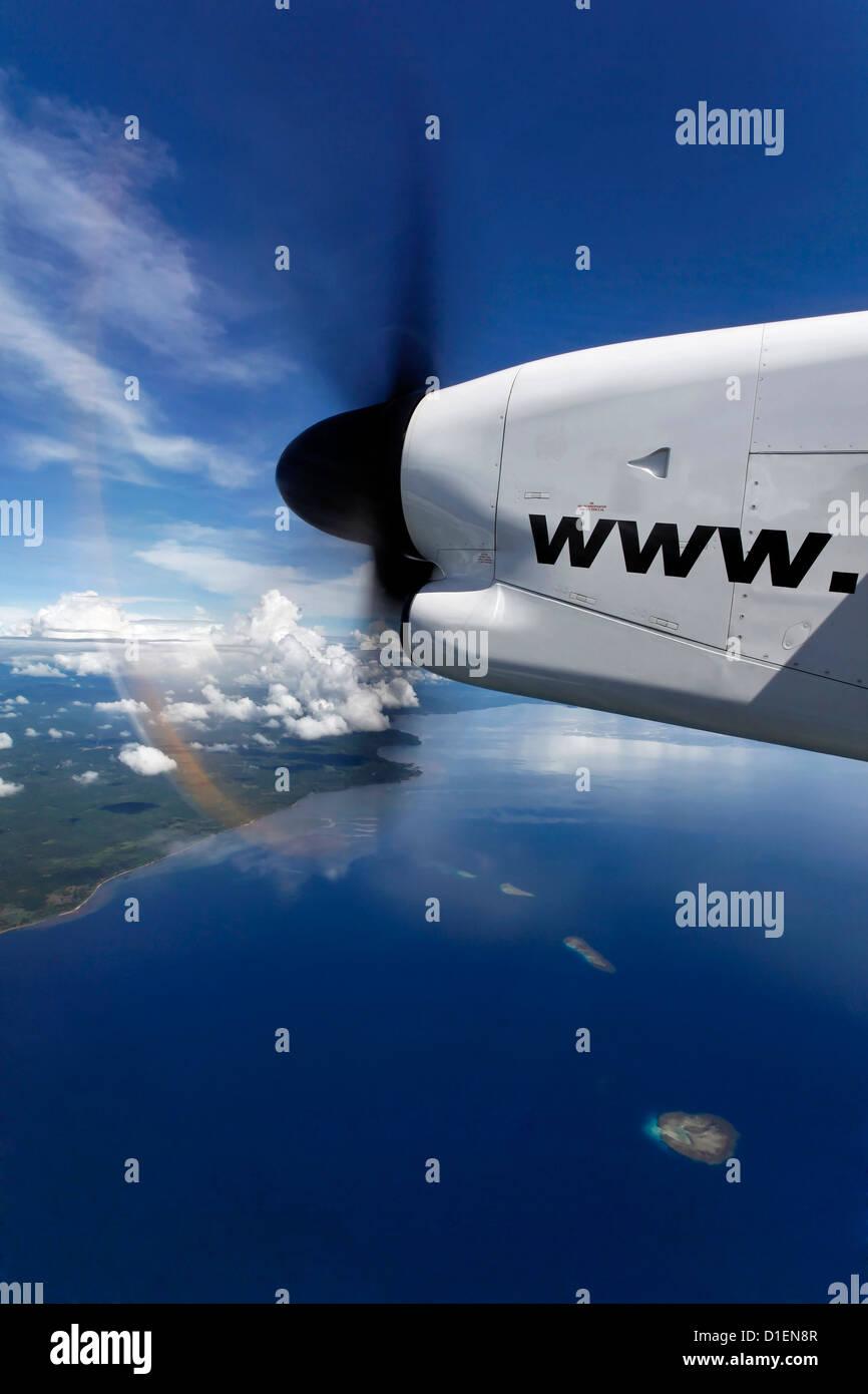 Propeller-Flugzeug über Inseln von Papua-Neuguinea Stockbild