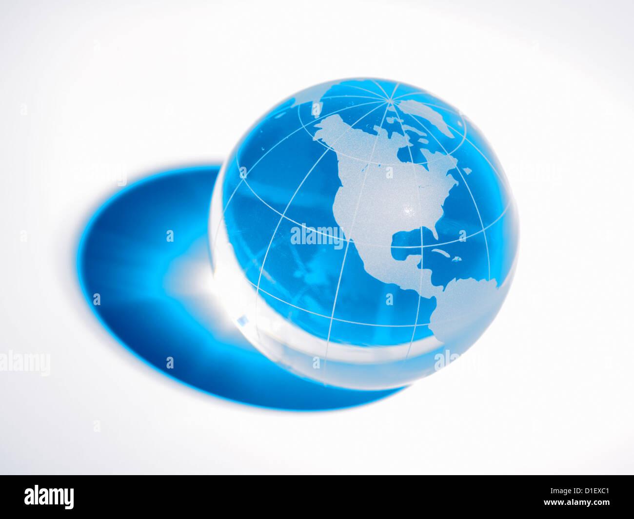 Glaskugel auf weißem Hintergrund Stockfoto