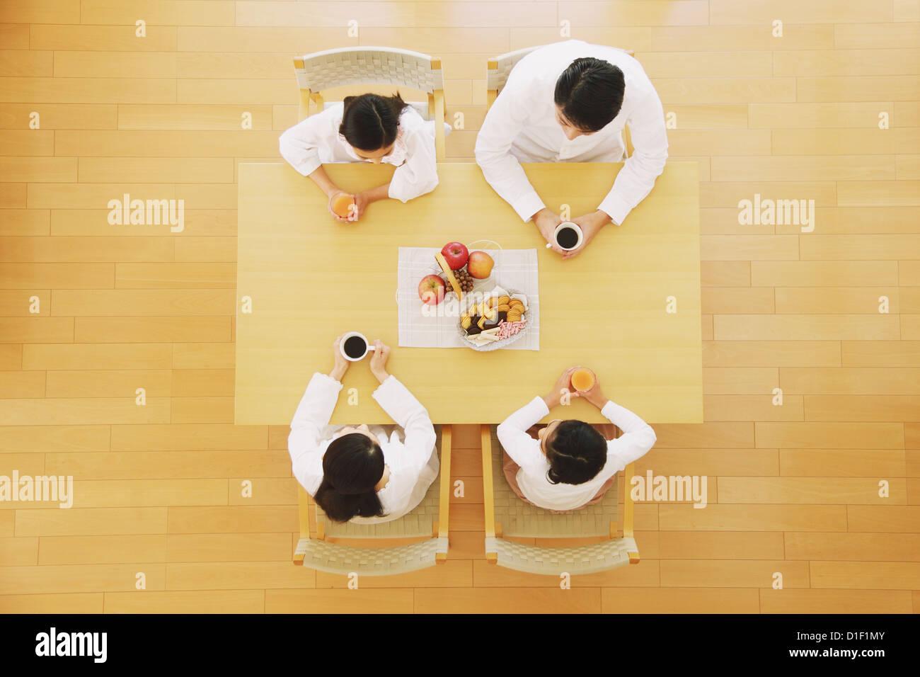 familie von vier personen trinken kaffee und saft am esstisch von oben gesehen stockfoto bild. Black Bedroom Furniture Sets. Home Design Ideas